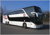 Doppelstock-Fernreisebus bayer-Komfortklasse 3 mit Klimaanlage, verstellbare Schlafsessel mit 77 cm Sitzabstand, Fußrasten, Radio-, CD- und Mikrofonanlage,              Kühlbar, Bordküche, DVD-Player, WC/Waschraum, 2 Clubtische im Unterdeck. 83+1 Sitzplätze.